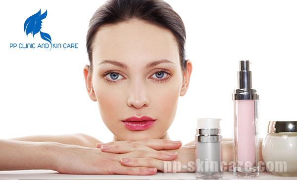 Sử dụng mỹ phẩmtần xuất cao trong ngày với hàm lượng lớn cũng khiến da có tình trạng mất nước